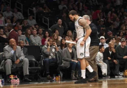 Deron Williams hobbles off...again (Corey Sipkin/NYDailyNews)